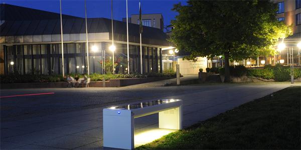 Ladestation, WLAN-Hotspot und beleuchtete Sitzbank: ibench bietet Lizenzen für eine nachhaltige Erfindung