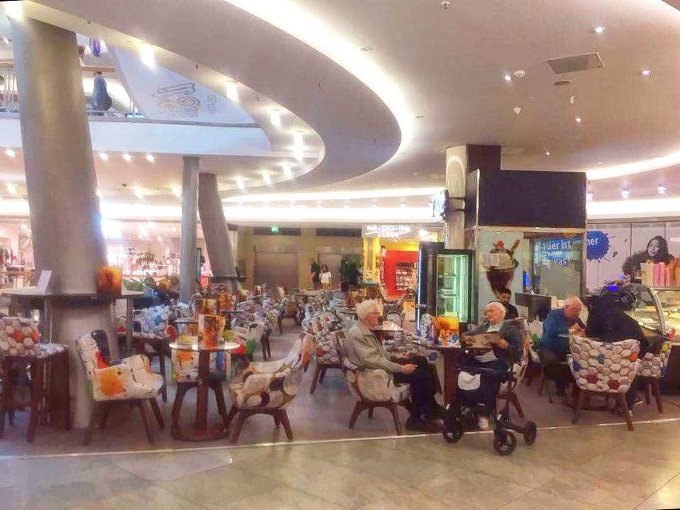 Neueröffnung eines il Solè Eiscafés in einem Einkaufszentrum in Berlin